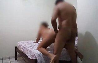 Un mec perce une regarder film porno français gratuit petite blonde avec une bite monstre sur un canapé